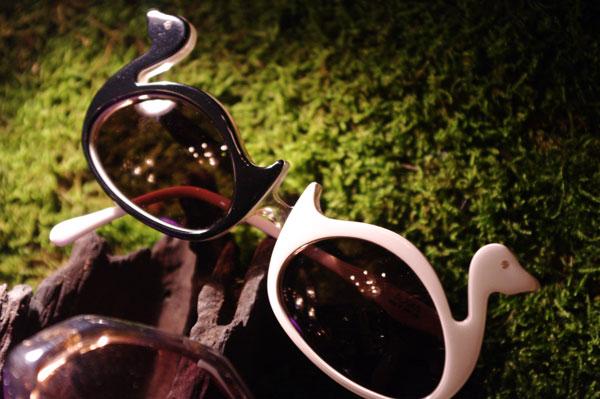 (写真8)SOLAKZADE(ソラックザーデ)のコレクションより。鳥をかたどったサングラス。フレームのカラーが左右で異なるのもポイント。【クリックして拡大】