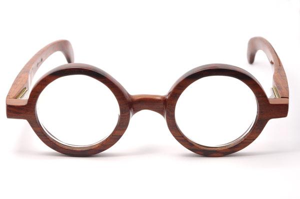 (写真3)東京・西荻窪のメガネ店 glass工房602のスネークウッド製の丸メガネを正面から見たところ【クリックして拡大】