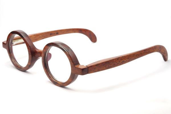 (写真4)東京・西荻窪のメガネ店 glass工房602のスネークウッド製の丸メガネを斜めから見たところ。【クリックして拡大】