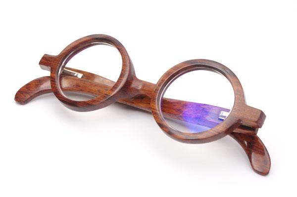 (写真2)東京・西荻窪のメガネ店 glass工房602のスネークウッド製の丸メガネ。見る角度や光の当たり方によって表情を変える。【クリックして拡大】