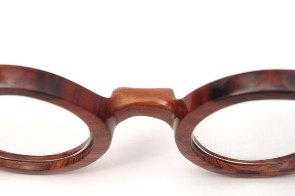 (写真5)東京・西荻窪のメガネ店 glass工房602のスネークウッド製の丸メガネは、鼻あてが一山(いちやま)。 【クリックして拡大】