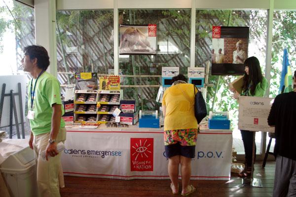 (写真13)「RWANDA-FUL TOKYO 2012(ルワンダフル東京 2012)」に設けられた adlens(アドレンズ)の販売ブース。