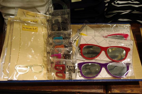 (写真4)(左から)メガネモチーフのペンダント、メガネをかたどったバッグハンガー、メガネ型のミラー。image by GLAFAS【クリックして拡大】