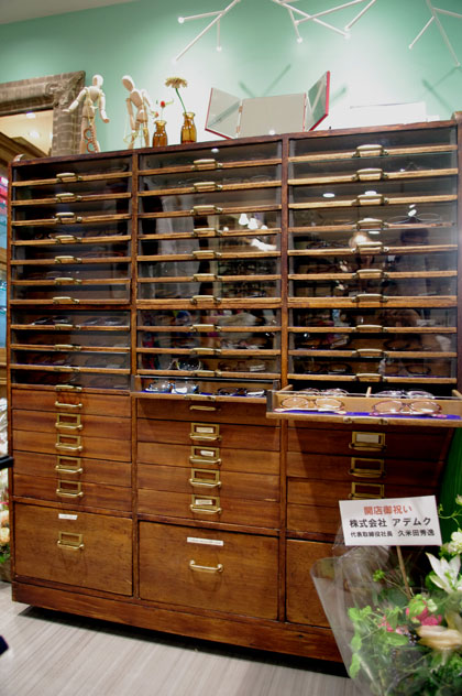 (写真10)店内の一番奥にあるアンティーク家具の中にはメガネがギッシリ。image by GLAFAS【クリックして拡大】