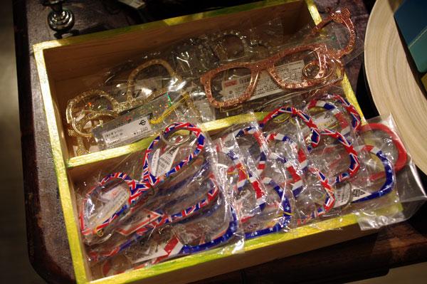 (写真8)メガネ型のキーホルダー。image by GLAFAS【クリックして拡大】