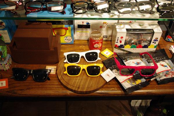 (写真9)ナノブロックのサングラスとメガネケース。デコって楽しむのがおすすめ。image by GLAFAS