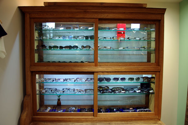 (写真12)この什器は大正時代に薬を入れる棚として使われていたものだという。image by GLAFAS【クリックして拡大】