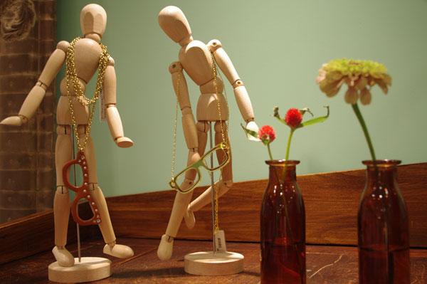 (写真11)アンティーク家具の上に置かれた小物もかわいい。image by GLAFAS【クリックして拡大】