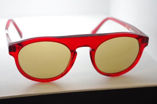 (写真2)SUPER(スーパー)Racer Trans Red。希望小売価格:17,850円。透け感のある赤いフレームとレンズカラーとの組み合わせが絶妙。image by GLAFAS【クリックして拡大】