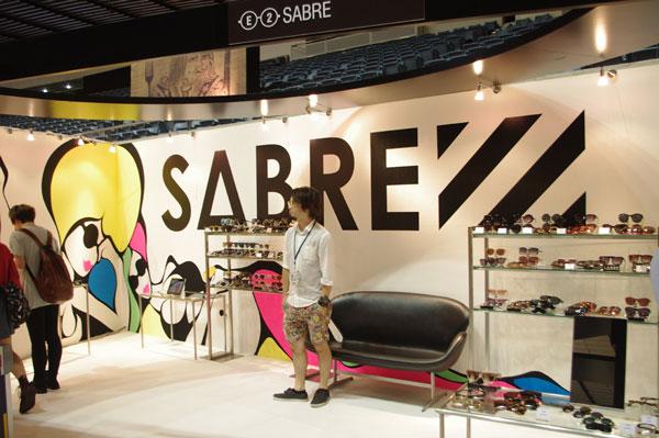 (写真5)ブランドロゴとイラストで彩られた SABRE(セイバー)のブース。image by GLAFAS【クリックして拡大】