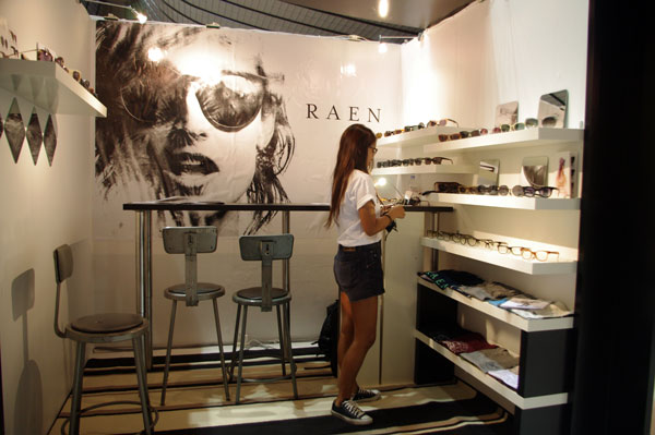 (写真7)RAEN(レイン)のブースはモノトーンを基調としたクールな雰囲気。image by GLAFAS【クリックして拡大】
