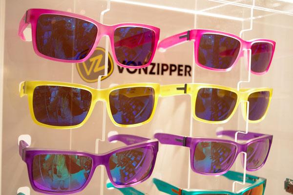 (写真11)VONZIPPER(ボンジッパー)2013年SS新作より。透け感がありポップなカラーのフレームと、ミラーコートのレンズとの組み合わせがカッコいい。image by GLAFAS【クリックして拡大】