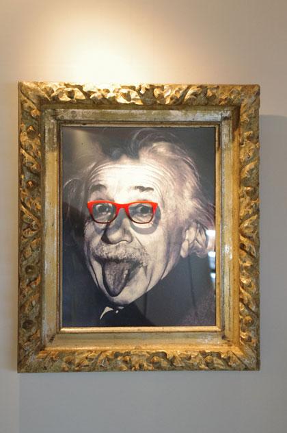 (写真24)メガネを掛けたアインシュタイン。image by GLAFAS【クリックして拡大】