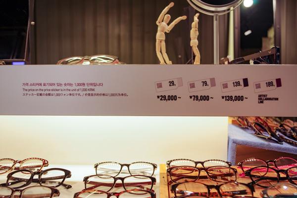 (写真2)ALO(アロ)では、メガネやサングラスに貼ってあるステッカーで値段が一目でわかるようになっている。