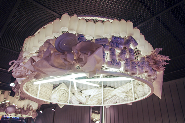 (写真5)ALO(アロ)明洞中央路店の天井には、こんなおしゃれな照明が。