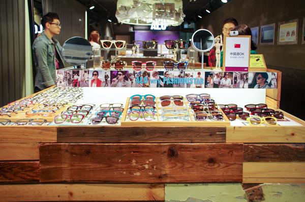 (写真7)ALO(アロ)明洞中央路店の商品が並ぶ棚は、木の質感を活かした雰囲気あるもの。