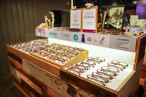 (写真8)ALO(アロ)明洞中央路店では、木製の商品棚にテイスト別にメガネやサングラスが並ぶ。