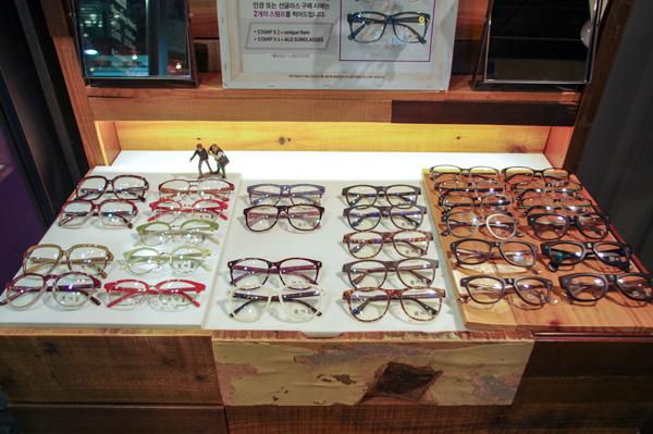 (写真16)ALO(アロ)では「丸くて大きなメガネ」が人気。