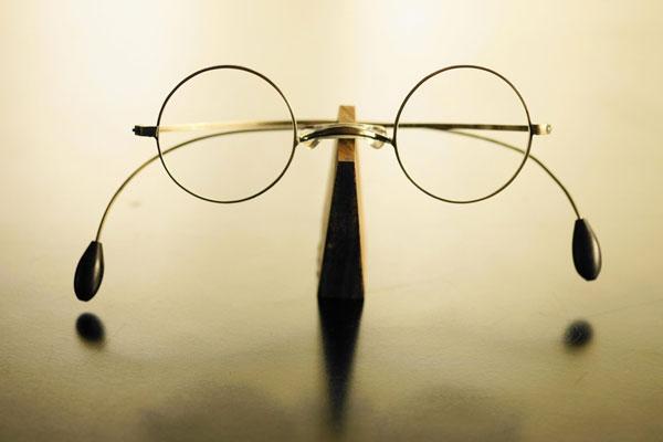 (写真8)めがねフレーム [やじろべえ メガネ]。一山(いちやま)タイプのクラシカルなデザイン。