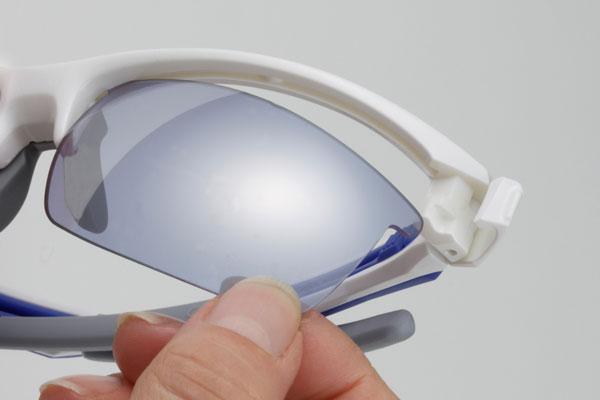(写真12)スポーツサングラス [スワンズ ライオン シリーズ]。レンズを簡単に交換できるのもポイント。