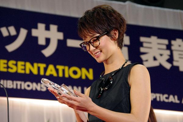 (写真2)第25回「日本 メガネ ベストドレッサー賞」特別賞のトロフィーを見つめる剛力彩芽さん。image by GLAFAS【クリックして拡大】