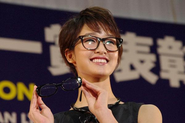 (写真4)剛力彩芽さんが手にしているメガネは、副賞の「MASAHIROMARUYAMA(マサヒロマルヤマ)MM-0005」。image by GLAFAS【クリックして拡大】
