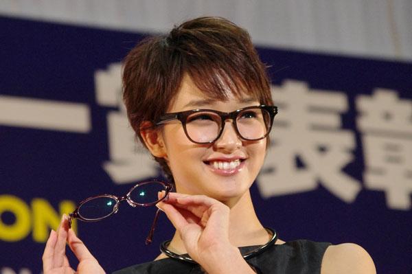 (写真5)副賞の「KAMURO(カムロ)jasmine」を手にする剛力彩芽さん。image by GLAFAS【クリックして拡大】