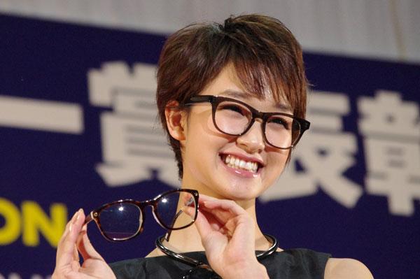 (写真6)剛力彩芽さんが手にしているメガネは、副賞の「recs CvCv」。image by GLAFAS【クリックして拡大】