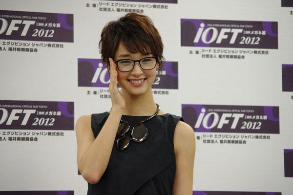 (写真10)剛力彩芽さんが掛けているメガネは、HAMAMOTO の HT-018。 image by GLAFAS【クリックして拡大】