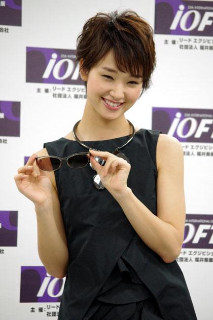(写真13)サングラスを手に笑顔でポーズを決める剛力彩芽さん。image by GLAFAS【クリックして拡大】