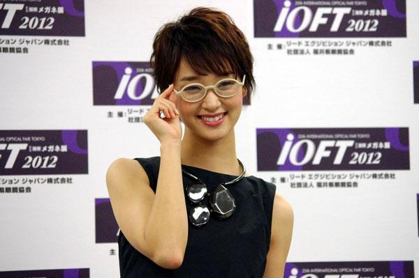 (写真12)剛力彩芽さんは、丸メガネ姿もかわいい。image by GLAFAS【クリックして拡大】