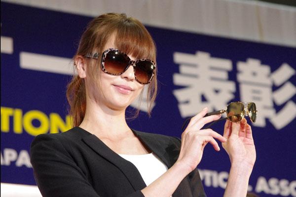 (写真8)香里奈さんが手にしているのは、副賞のサングラス YOUNGER OPTICS(ヤンガーオプティクス)ドライブウェアサングラス one。image by GLAFAS【クリックして拡大】