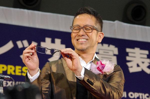 (写真2)宮本亜門さんが手にしているのは、副賞のメガネ DUN(ドゥアン) 2055。image by GLAFAS【クリックして拡大】