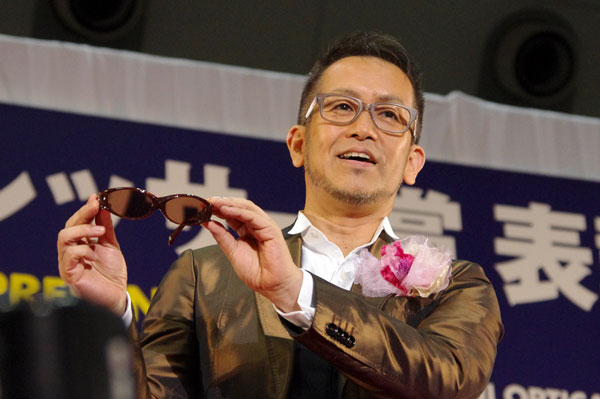 (写真3)副賞のサングラス GO-Ⅱを手にする宮本亜門さん。image by GLAFAS【クリックして拡大】