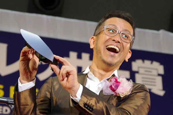 (写真4)宮本亜門さんが手にしているのは、副賞のサングラス Cabrio sunglasses(カブリオ・サングラス) の CABRIO ELAN V(カブリオ・エランV)image by GLAFAS【クリックして拡大】
