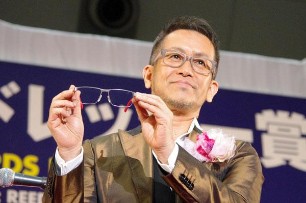 (写真6)宮本亜門さんが手にしているのは、副賞のメガネ PORSCHE DESIGN(ポルシェ デザイン)デザイン P'8222 B。image by GLAFAS【クリックして拡大】