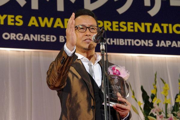 (写真8)受賞のよろこびを語る宮本亜門さん。image by GLAFAS【クリックして拡大】