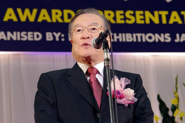 (写真1)受賞のよろこびを語る森本 敏氏。掛けているメガネは、Line Art CHARMANT(ラインアート シャルマン)の XL1063 ホワイトゴールド。image by GLAFAS【クリックして拡大】
