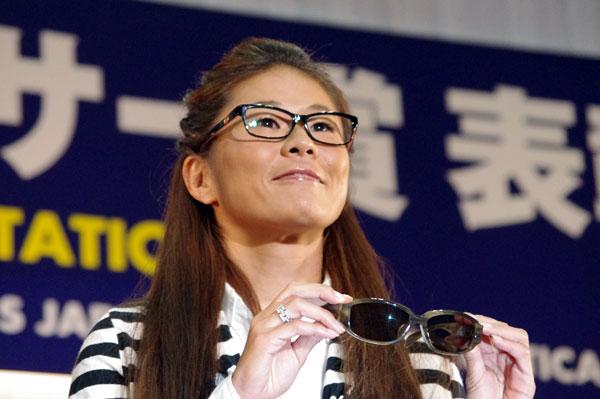 (写真2)澤穂希さんが手にしているのは、副賞のサングラス 杉本 圭の PKS-44。image by GLAFAS【クリックして拡大】
