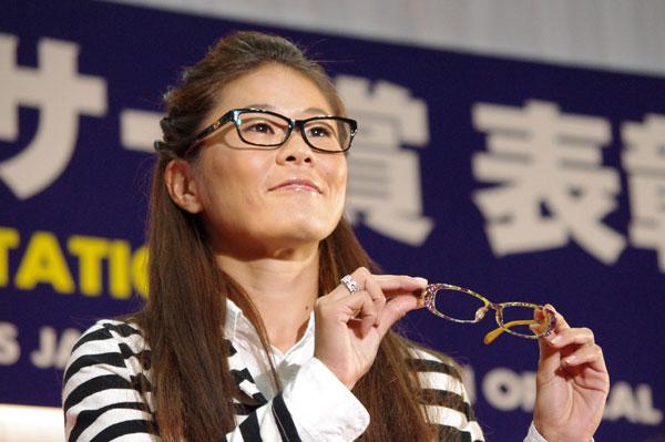 (写真3)副賞のメガネ NEO CARBON を手にする澤穂希さん。image by GLAFAS【クリックして拡大】