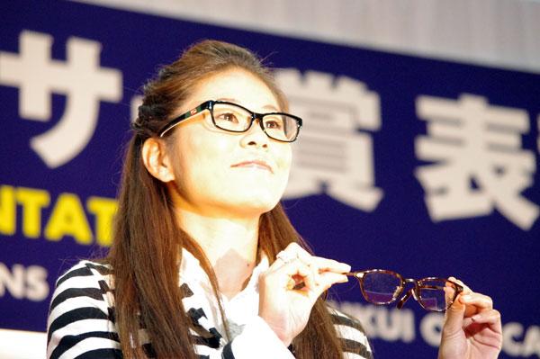 (写真4)澤穂希さんが手にしているのは、副賞のメガネ NOVA HAND MAID ITEM(ノバ ハンドメイド アイテム)H-5002 カラー:4。image by GLAFAS【クリックして拡大】