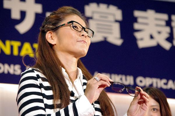 (写真6)澤穂希さんが手にしているのは、副賞のメガネ ホリエン HR-8005。image by GLAFAS【クリックして拡大】