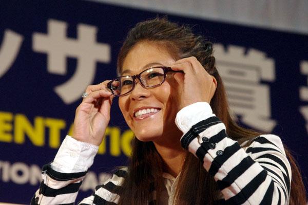(写真7)副賞のメガネ UNTITLED(アンタイトル)のメガネを掛ける澤穂希さん。image by GLAFAS【クリックして拡大】