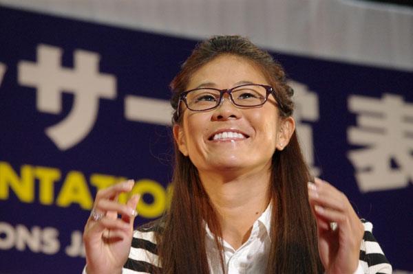 (写真8)澤穂希さんが掛けているメガネのブランド UNTITLED(アンタイトル)は、なでしこジャパンの公式スーツも手がけている。image by GLAFAS【クリックして拡大】