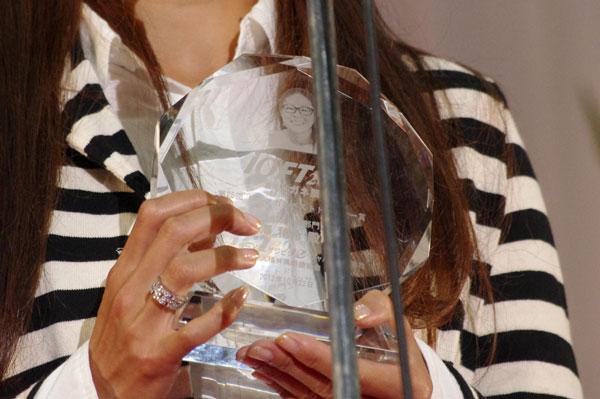 (写真9)第25回「日本 メガネ ベストドレッサー賞」スポーツ界部門のトロフィーには、澤穂希さんの顔が彫られている。image by GLAFAS【クリックして拡大】