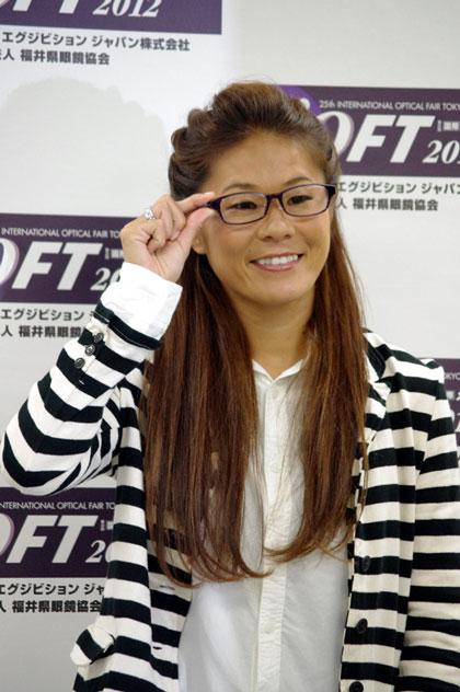 (写真10)表彰式のあとにおこなわれたフォトセッションでの澤穂希さん・その1。image by GLAFAS【クリックして拡大】