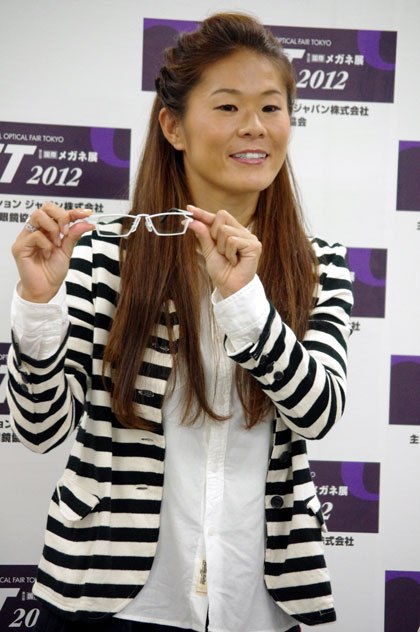 (写真11)表彰式のあとにおこなわれたフォトセッションでの澤穂希さん・その2。image by GLAFAS【クリックして拡大】