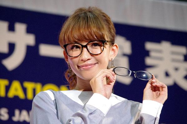 (写真2)副賞のメガネ facest 2253 を手にする優木まおみさん。image by GLAFAS【クリックして拡大】