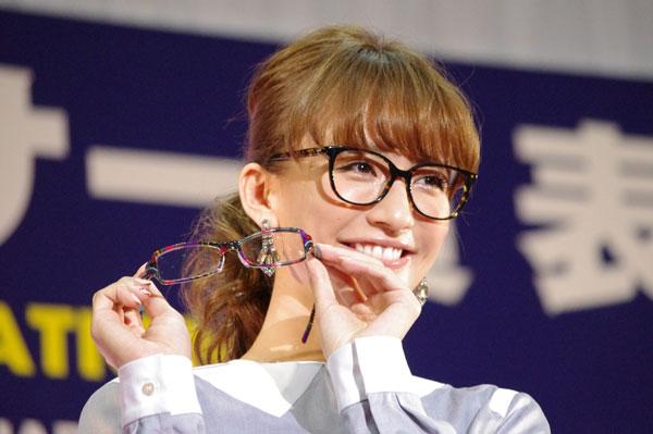 (写真3)優木まおみさんが手にしているのは、副賞のメガネ BOZ(ボズ)のSunshine(サンシャイン)image by GLAFAS【クリックして拡大】