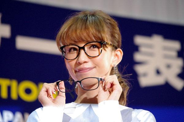 (写真5)優木まおみさんが手にしているのは、副賞のメガネ ホリエンの HR-8013。image by GLAFAS【クリックして拡大】